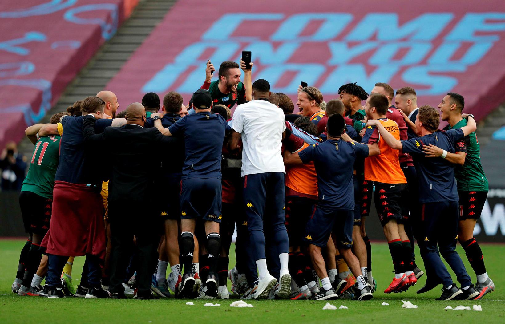 Leikmenn og þjálfarar Aston Villa fagna innilega.