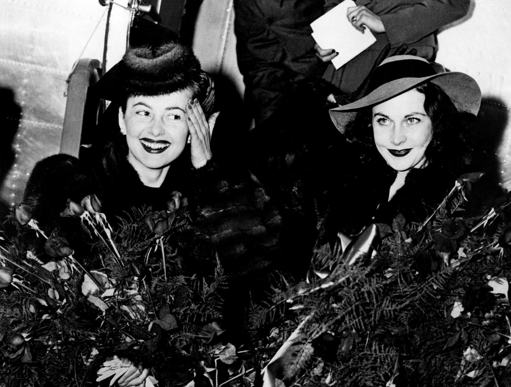Olivia de Havilland (t.v.) ásamt bresku leikkonunni Vivien Leigh á …