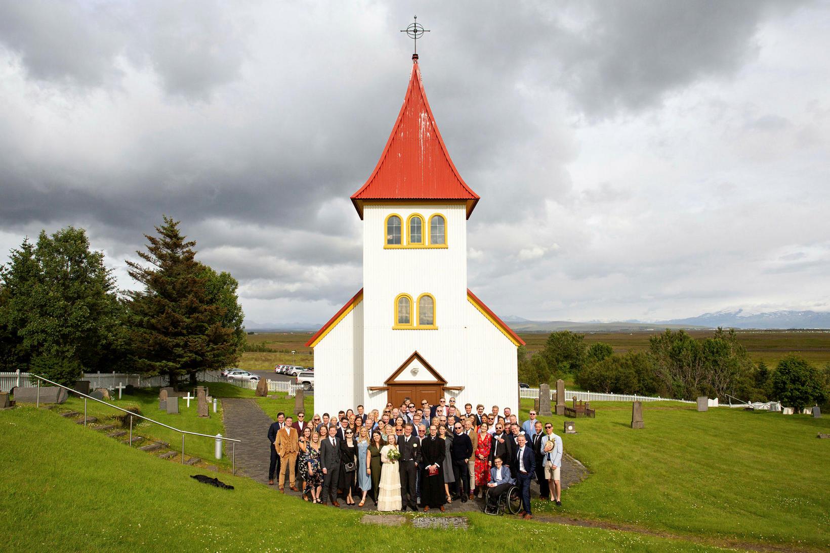 Hópurinn, ásamt brúðhjónunum, fyrir utan Oddakirkju.