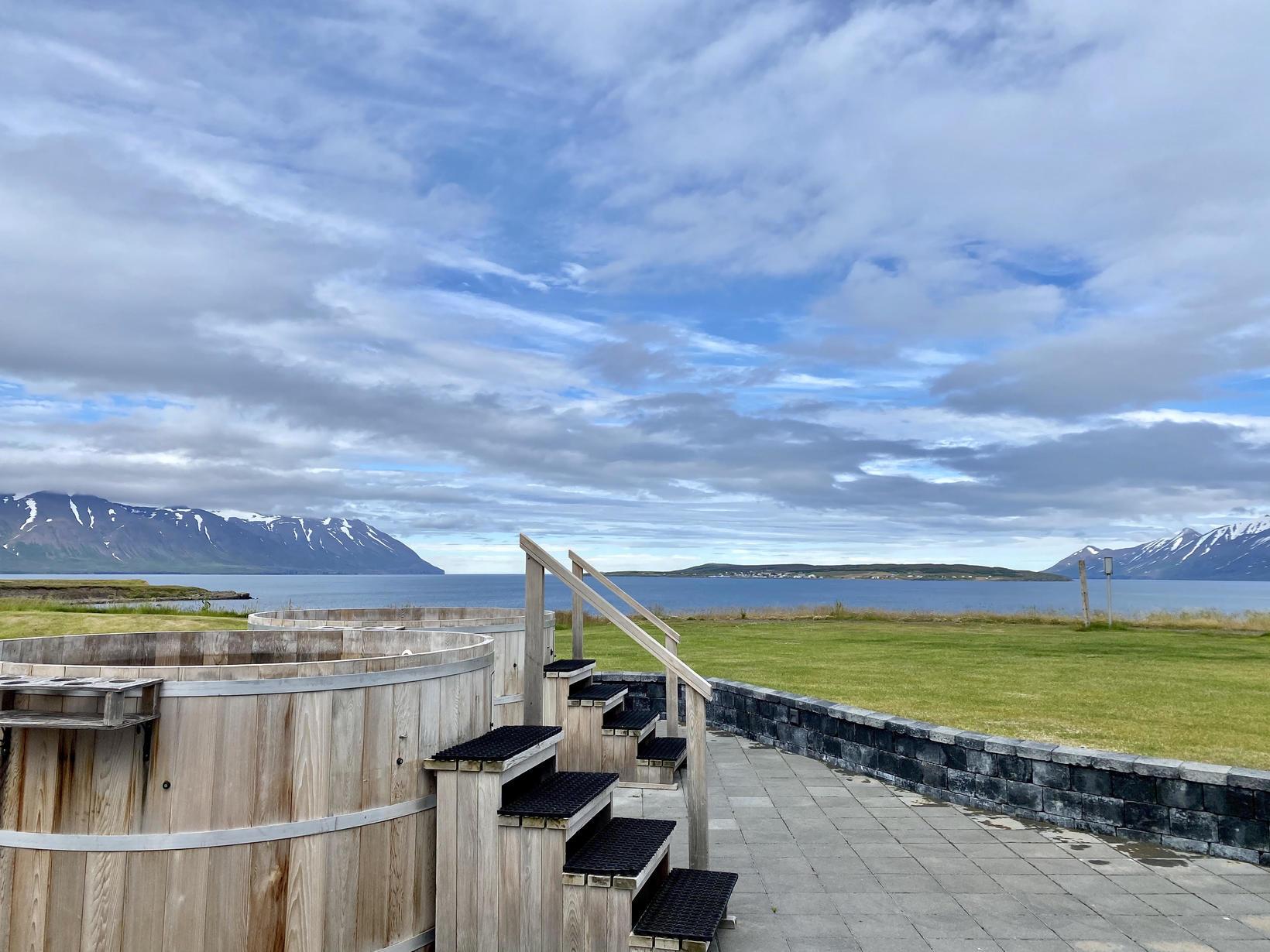 Falleg sýn yfir Eyjafjörðinn blasir við gestum sem nýta sér …