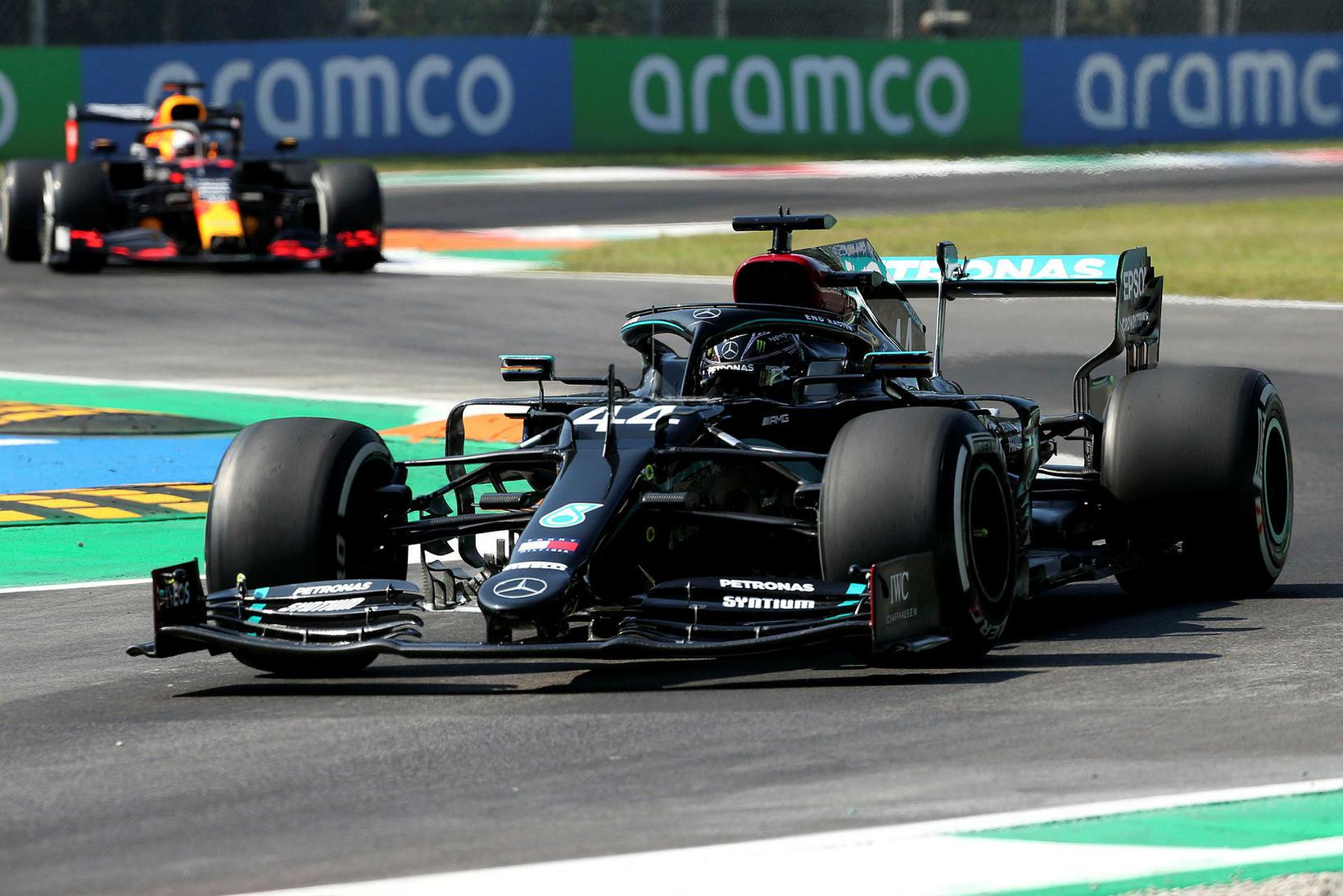 Lewis Hamilton á ferð í Monza í gær og í …