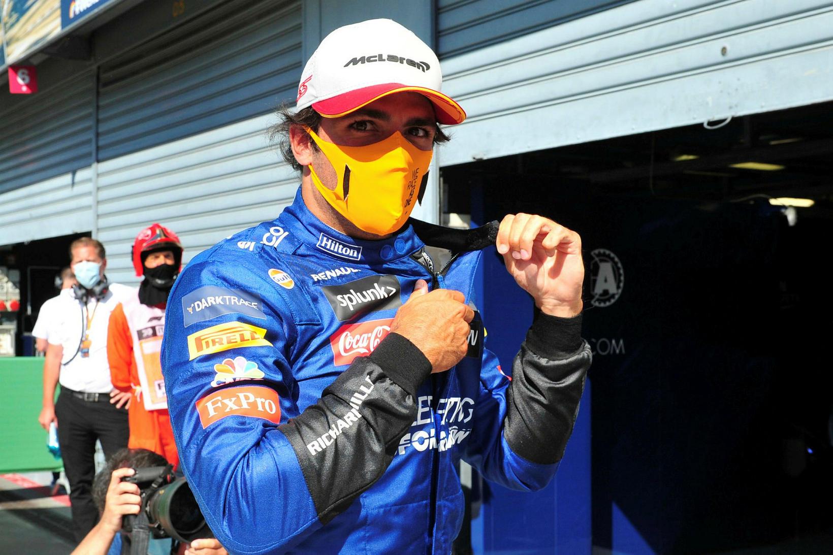 Carlos Sainz kemur út úr bílskúr McLaren eftir tímatökuna í …
