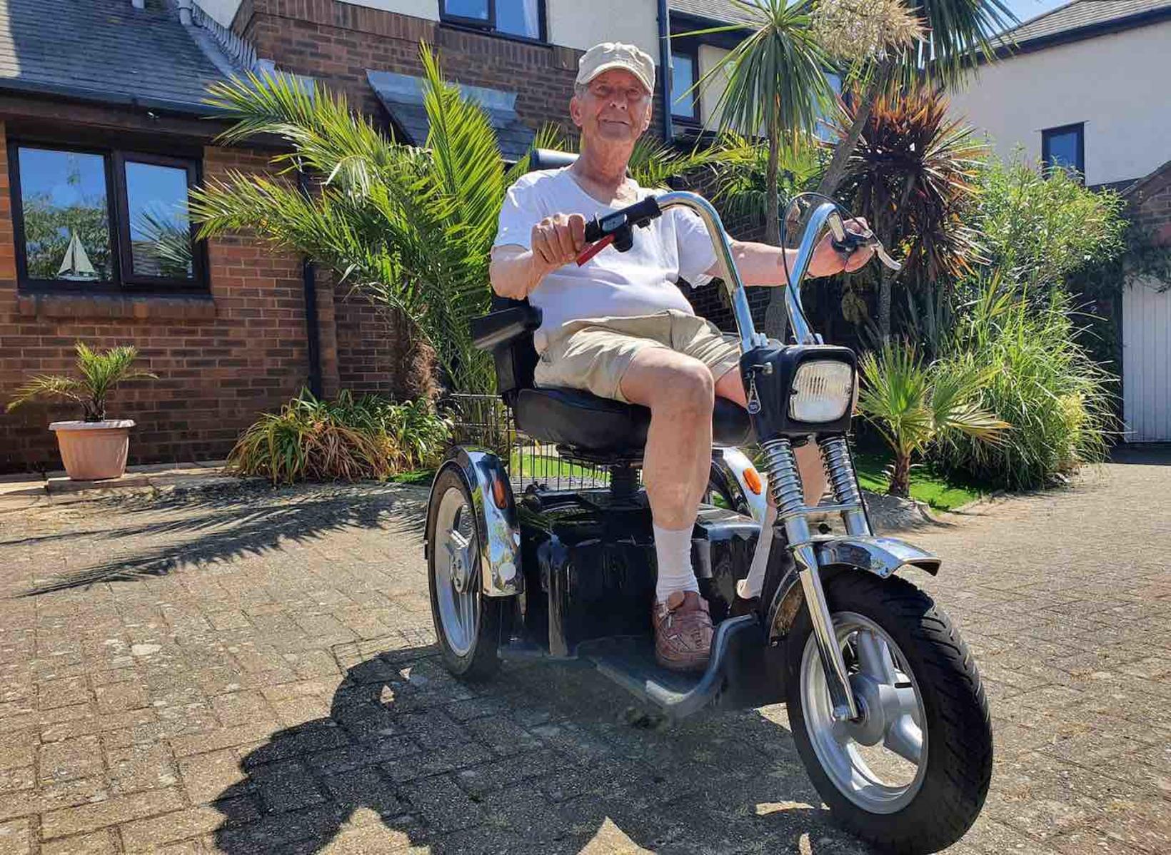 Thomas Kemp tekur sig vel út á Harley Davidson-rafskutlunni sinni.
