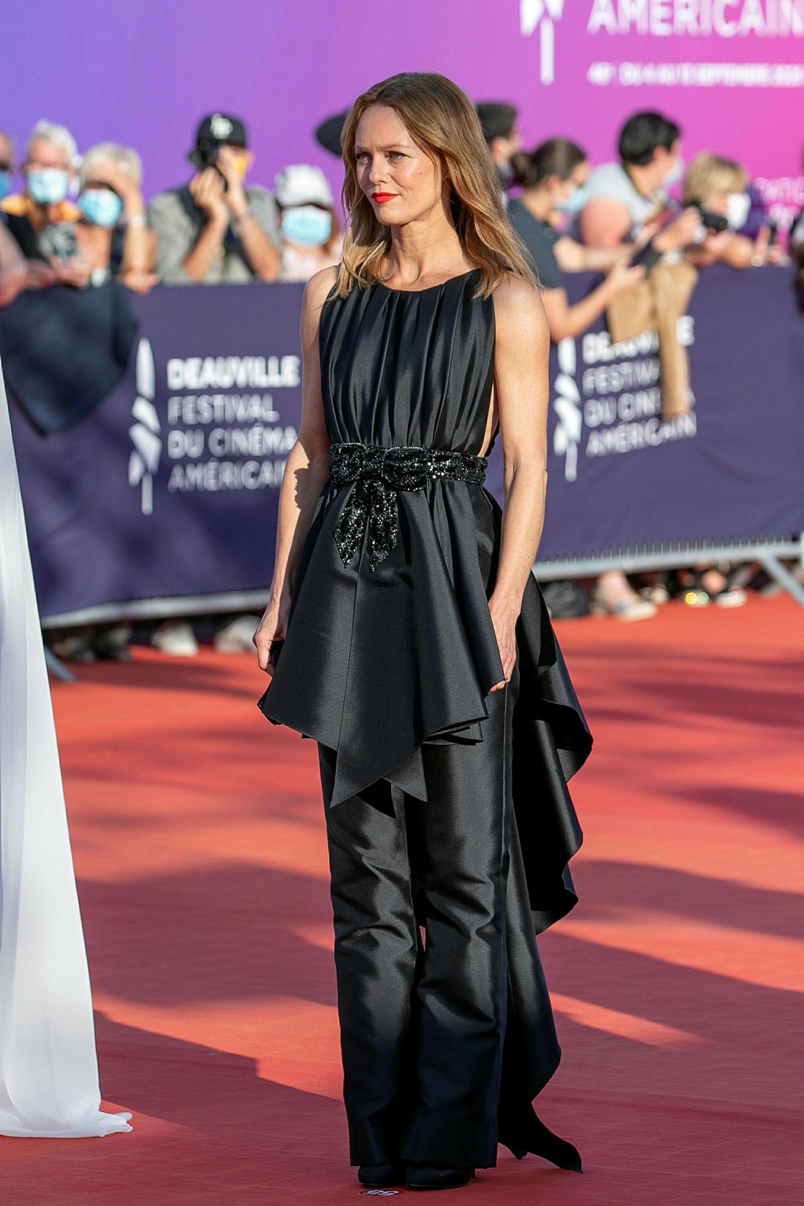 Vanessa Paradis klæddist kjól og buxum frá Chanel. Hún var …