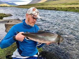 Jón Gunnar með 70 sentímetra bleikju af Jökulbreiðu á svæði fimm í Eyjafjarðará í ágúst. Jón Gunnar er sáttur við sumarið.