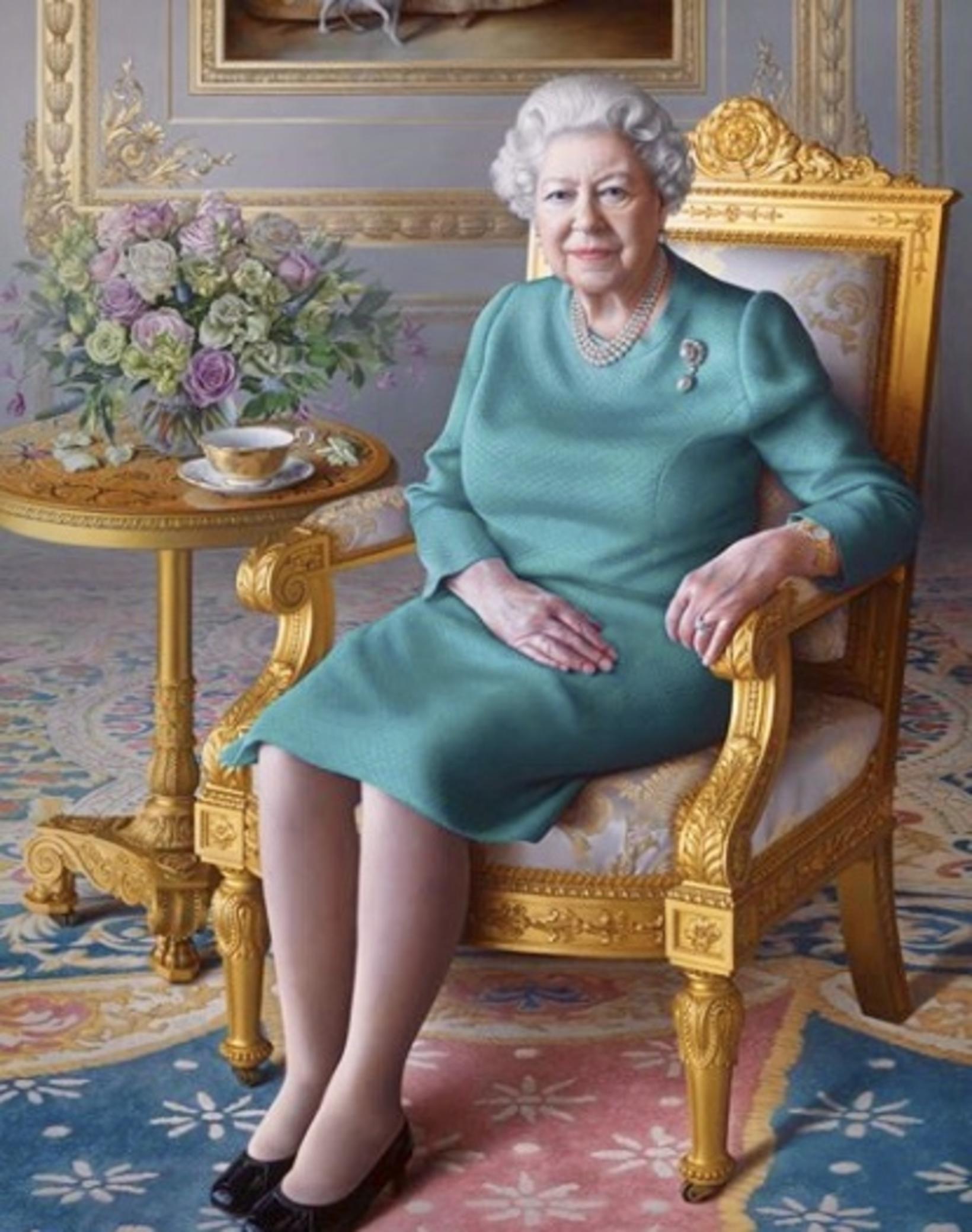 Drottningin með tebollann sinn í nýju portretti sem breska utanríkisþjónustan …