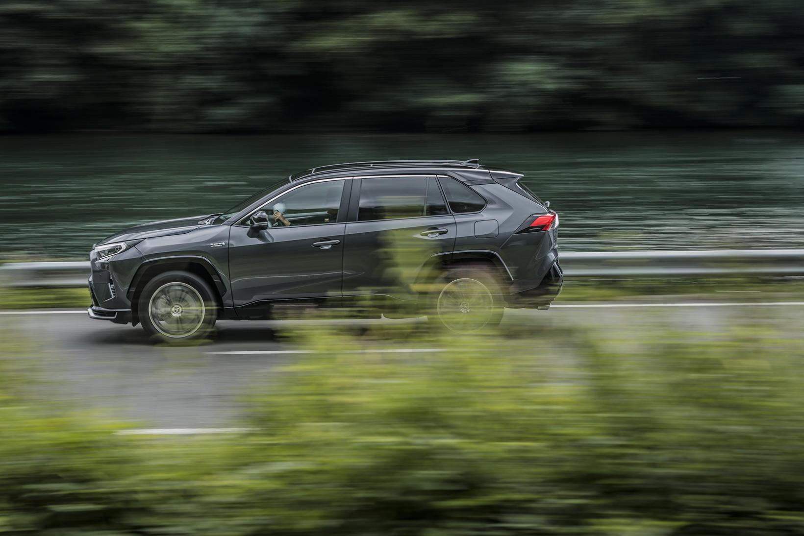 Hin nýja útgáfa Toyota RAV4 er tengiltvinnbíll. Honum verður stungið …