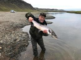 Gleðin ósvikin, enda maríulaxinn einn af stærstu fiskunum sem veiddust í Norðurá í Borgarfirði í sumar. Laxinn er ótrúlega bjartur miðað við að hann veiddist 27. ágúst.