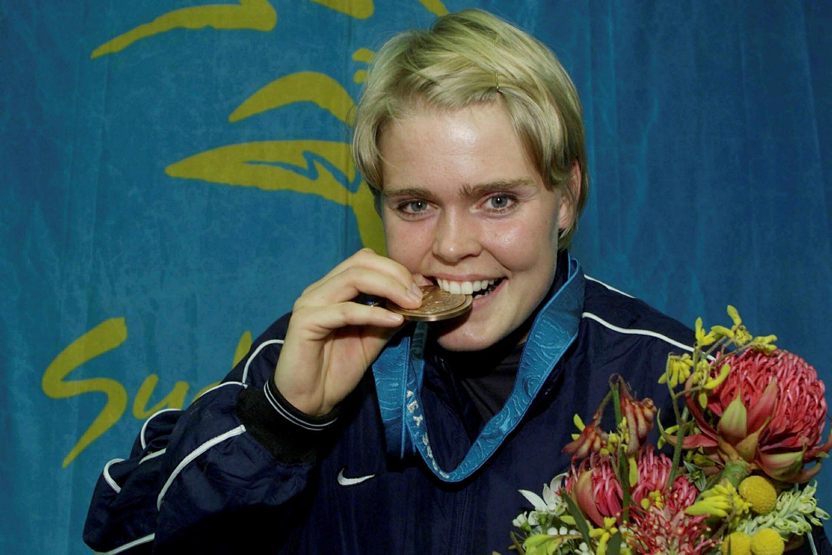 Vala Flosadóttir nartar í bronspening sinn í Sydney.
