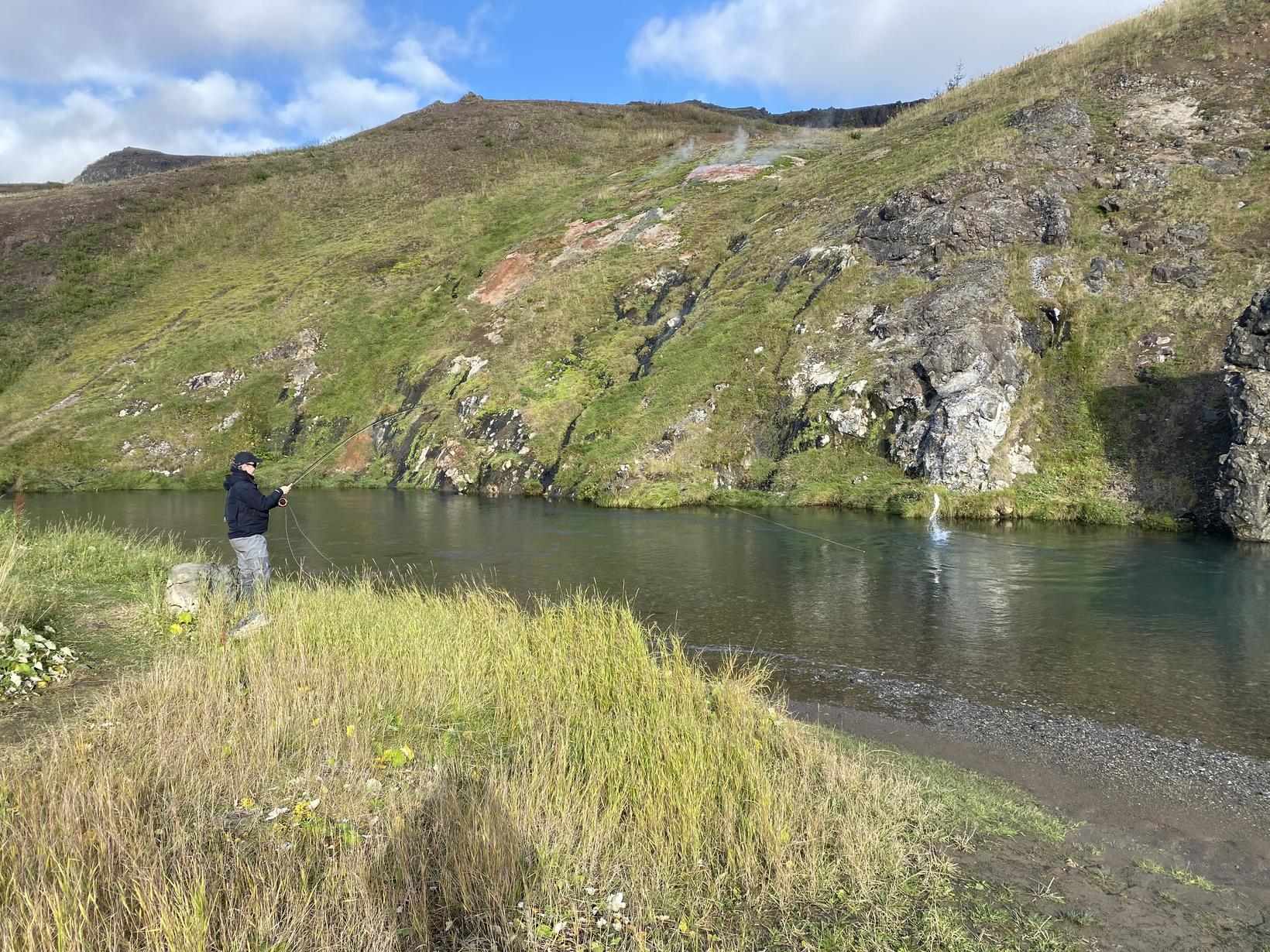 Loftfimleikar í Varmá við Hveragerði. 66 sentímetra sjóbirtingur í loftköstum.