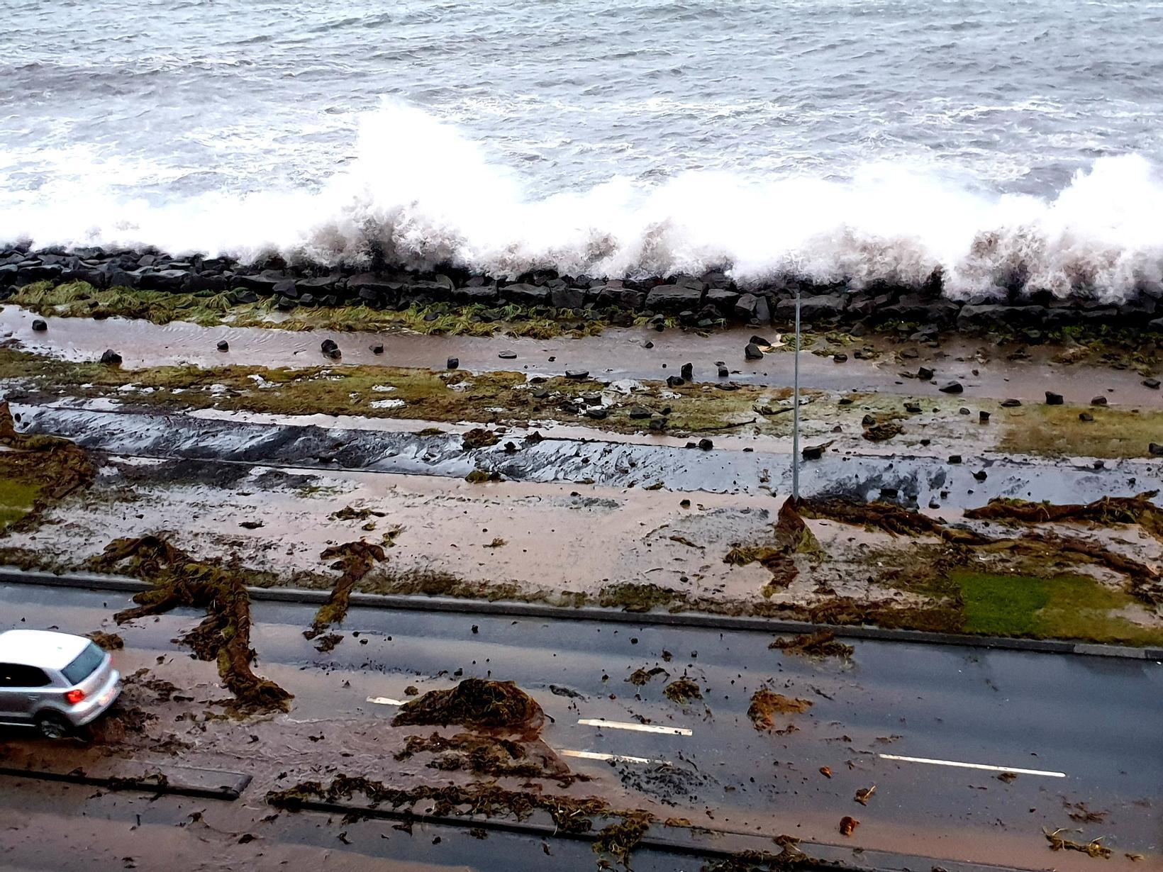 High waves along Eiðsgrandi road, Reykjavík.