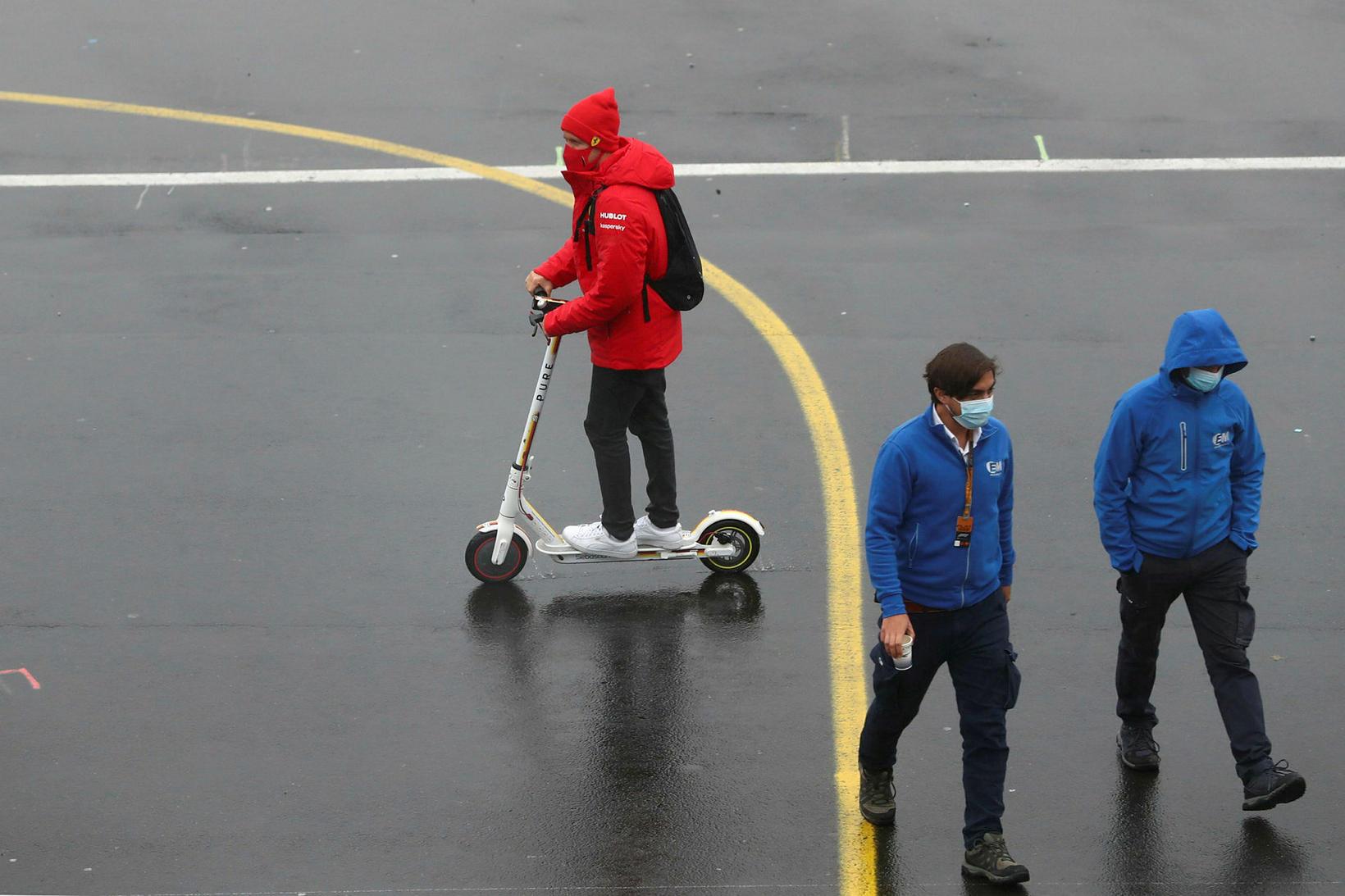 Sebastian Vettel gat engu ekið hraðar en rafskútu í Nürburgring …