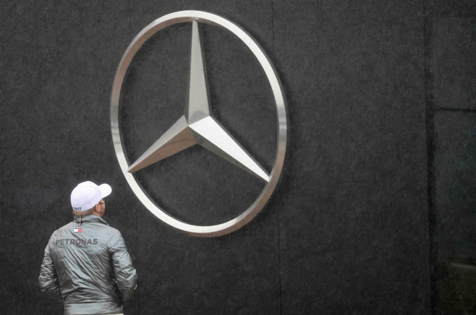 Valtteri Bottas virðir hið volduga Mercedesmerki fyrir sér í Nürburgring.