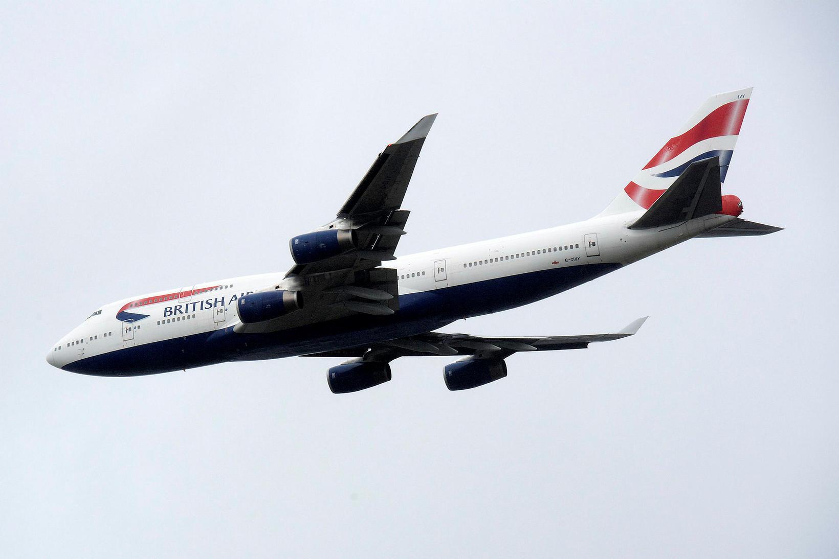 Þota British Airways Boeing 747 sést hér fljúga yfir Heathrow …