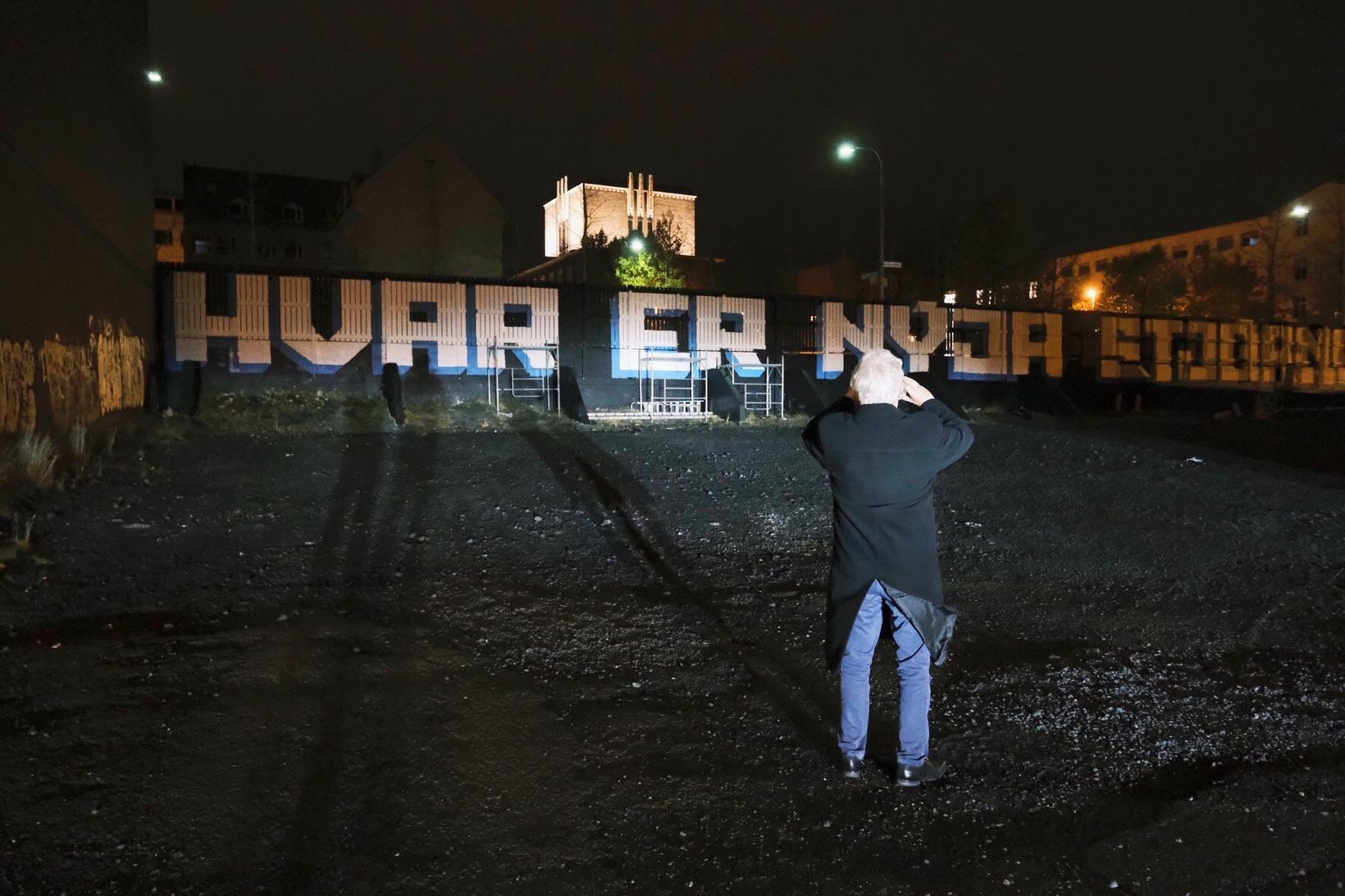 Ýmsir virtu fyrir sér nýja veggjakrotið í gærkvöldi.