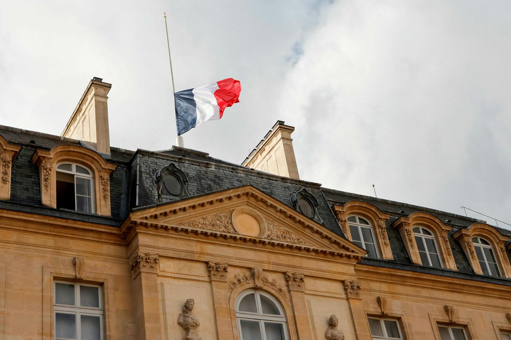 Flaggað í hálfa stöng við forsetahöllina í París í dag.
