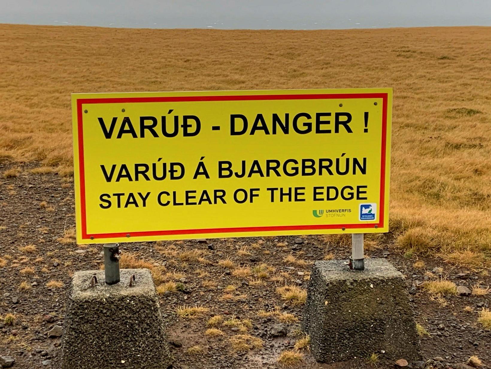 Viðvörunarskilti nærri Krýsuvíkurbergi.