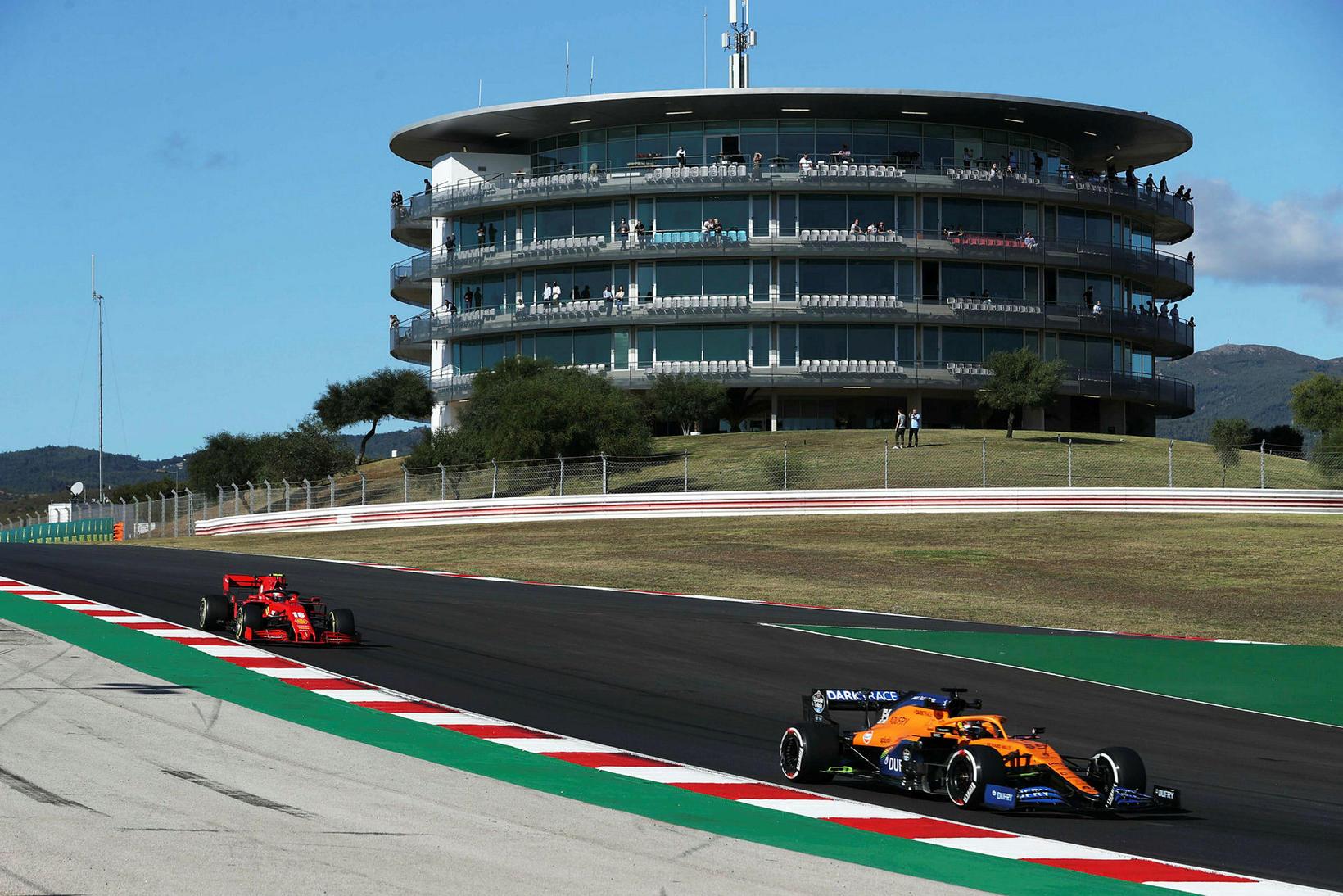 Carlos Sainz á McLaren og Charles Leclerc á Ferrari á …