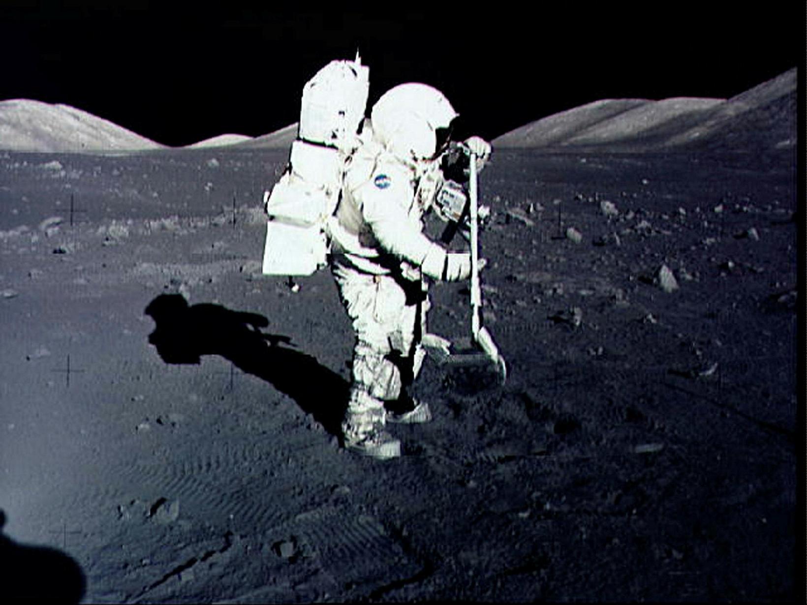 Geimfarinn Harrison Schmitt safnar tunglgrjóti í desember 1972 í ferð …