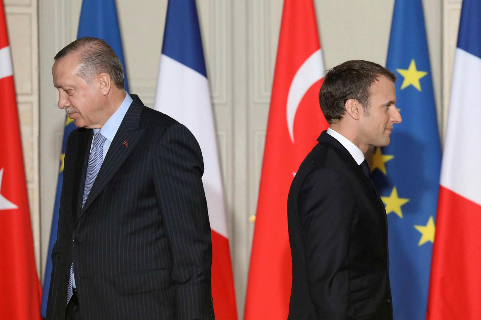 Recep Tayyip Erdogan Tyrklandsforseti og Emmanuel Macron Frakklandsforseti snúa baki …