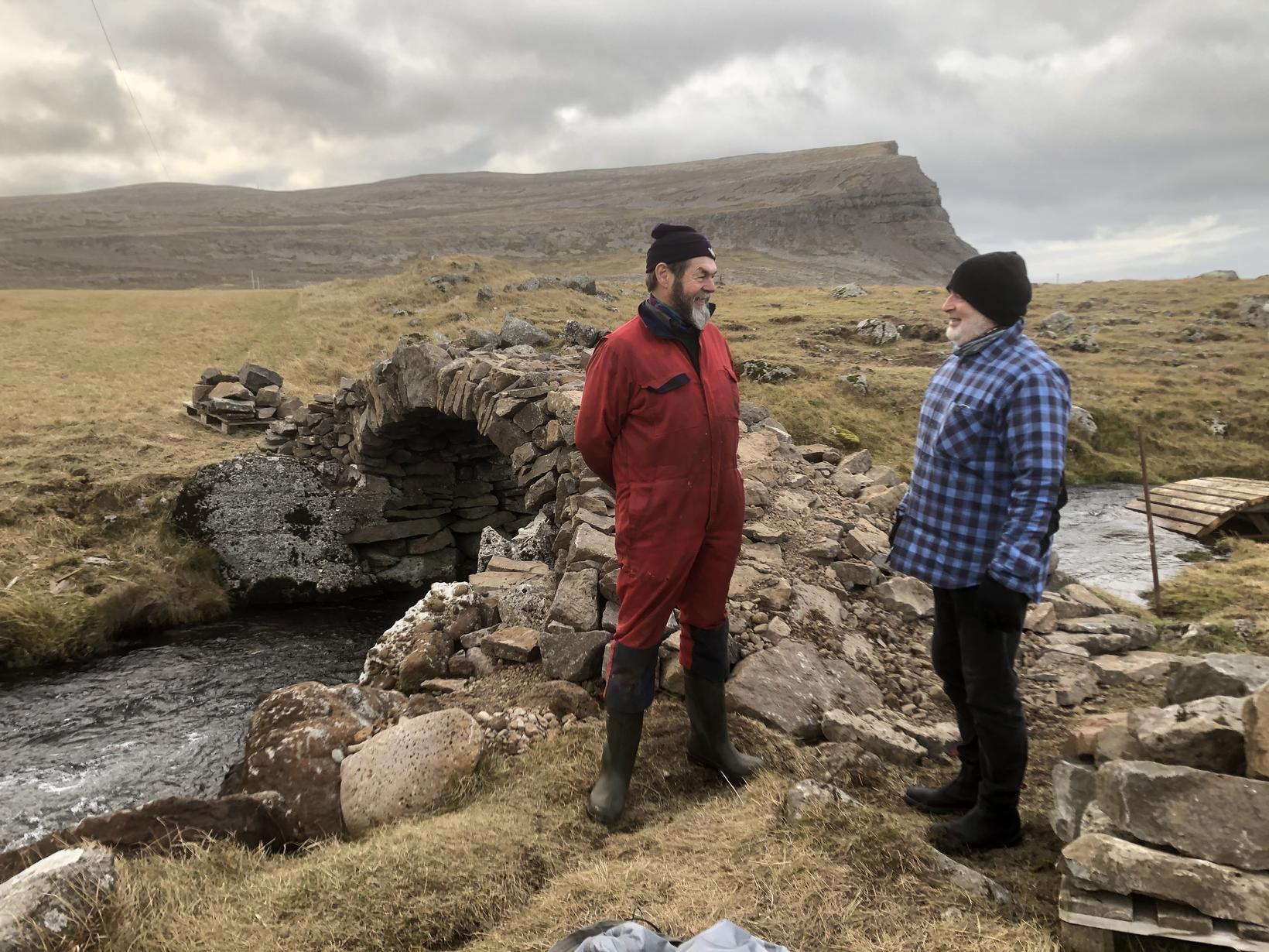 Gutti í Hænuvík og Jón Örn fiskeldisfræðingur ræða málin við …