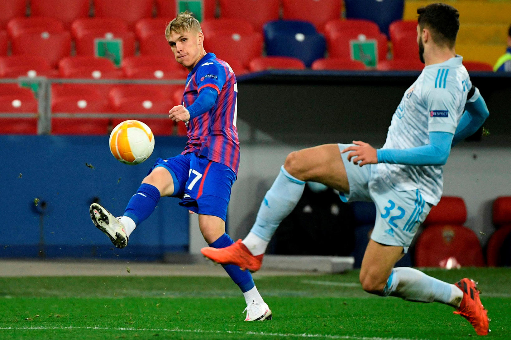 Arnór Sigurðsson gefur fyrir mark Dinamo Zagreb í kvöld.