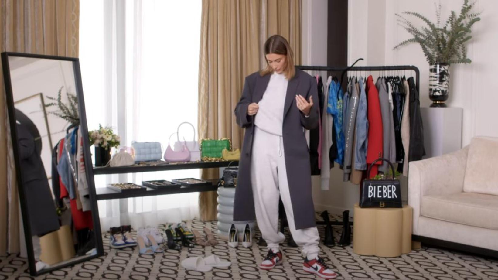Við stóra jogginggallann er Bieber í stórum frakka.