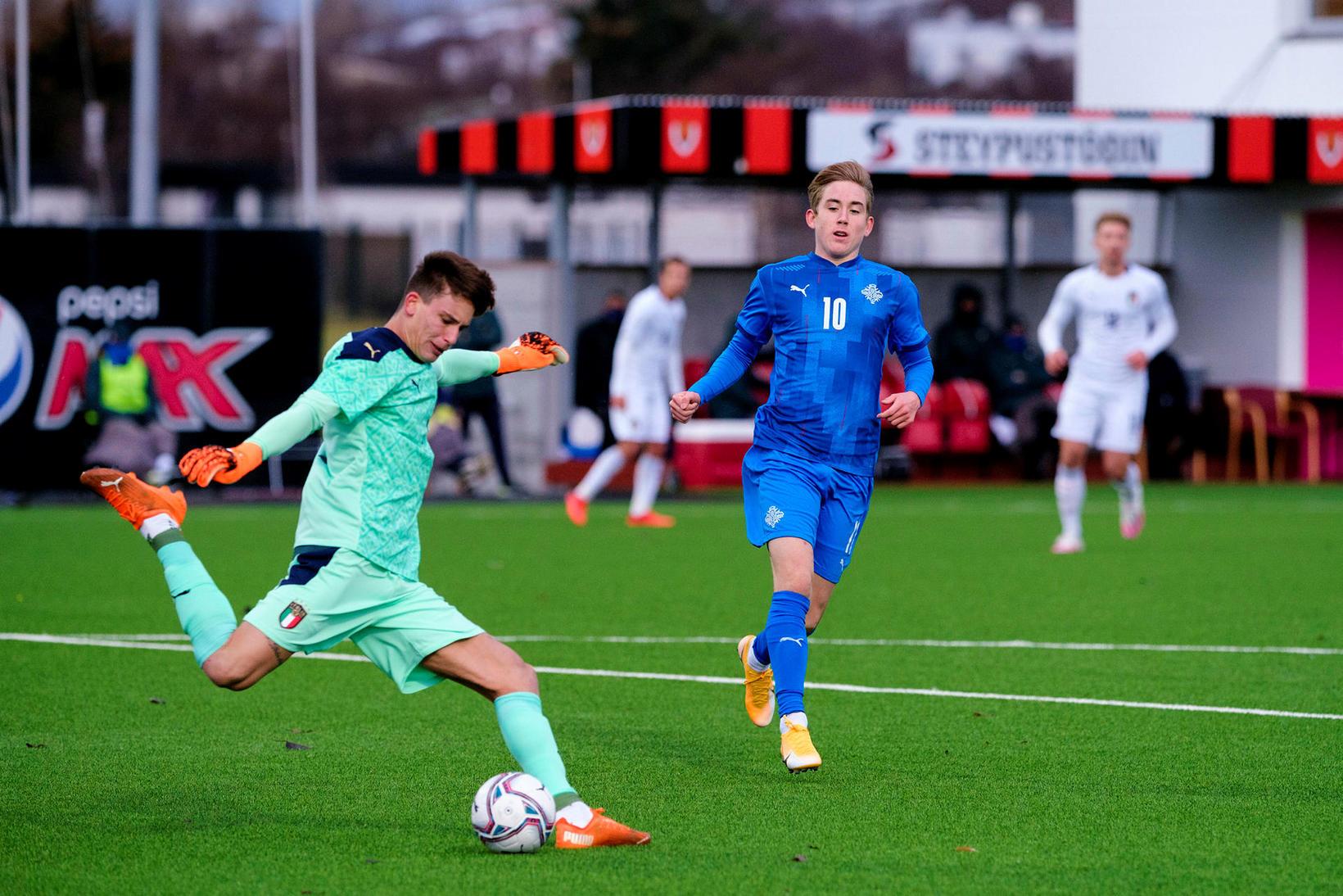 Ísak Bergmann í leik með U21 árs landsliðinu gegn Ítalíu …