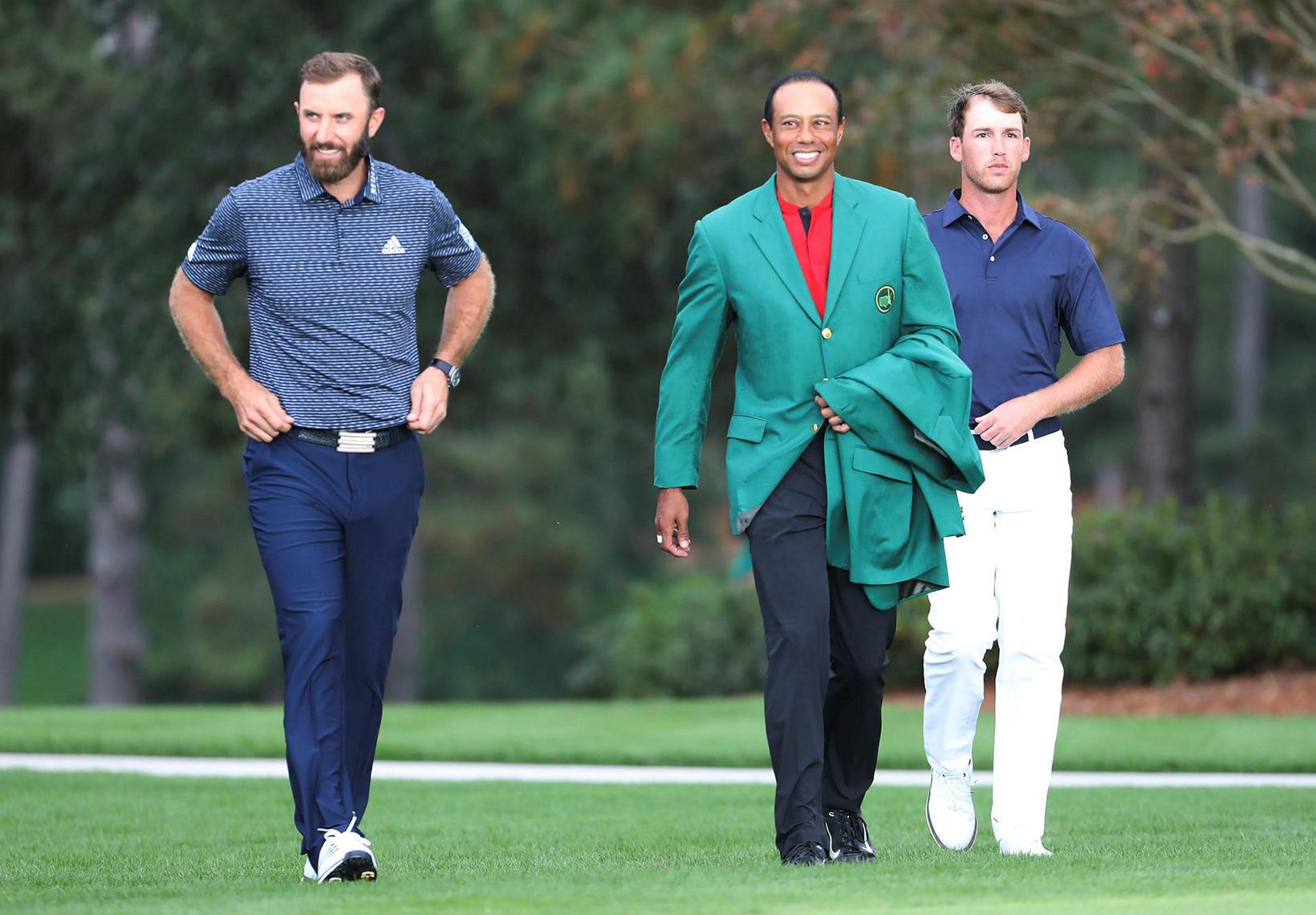 Tiger Woods klæddi í græna jakkann á Augusta samkvæmt hefðinni …
