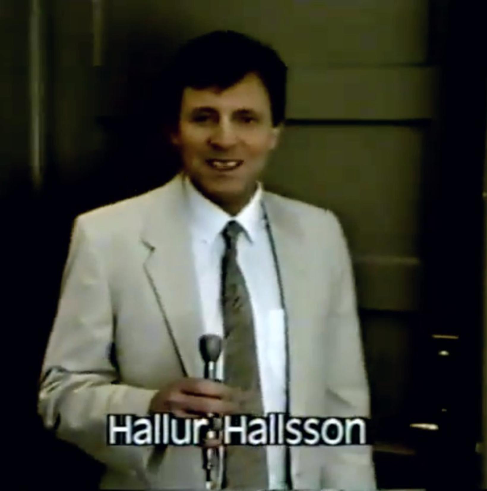 Hallur Hallson beið fyrir utan þessar luktu dyr þar til …
