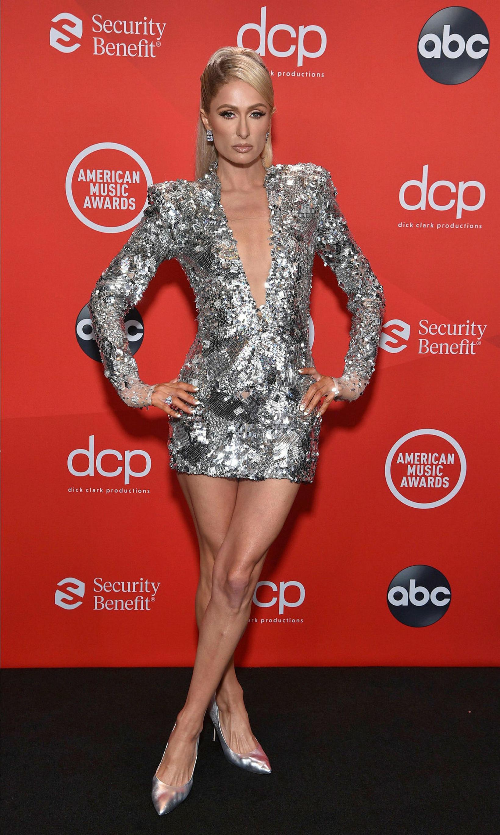 Paris Hilton glitraði í silfur kjól.