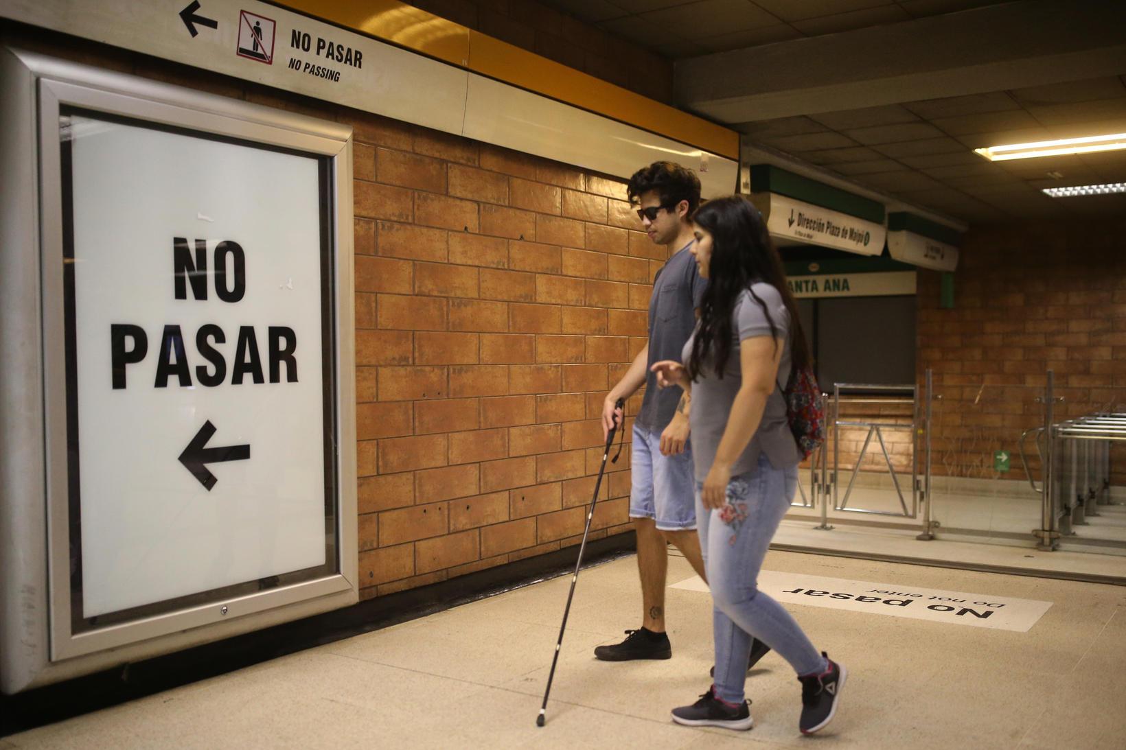Gustavo Gatica er blindur eftir að hafa verið skotinn í …