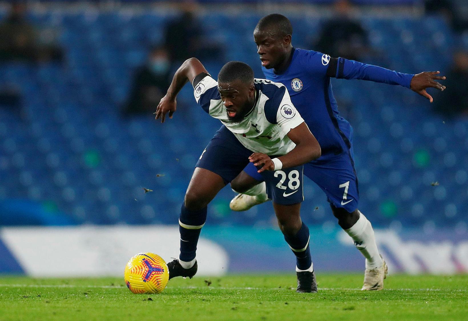 Tanguy Ndombele og N'Golo Kante eigast við á Stamford Bridge.