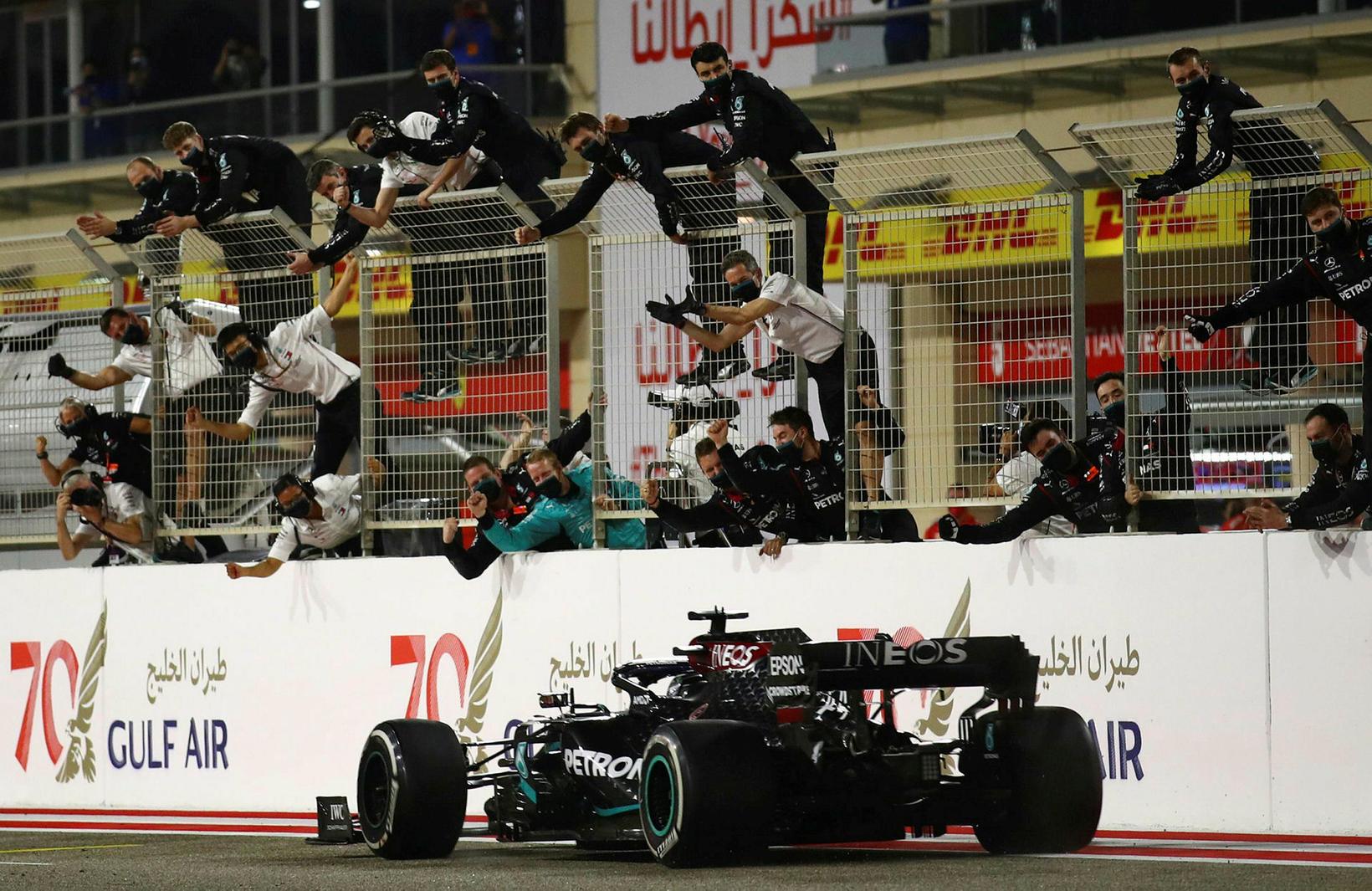 Lewis Hamilton sigrar í Barein við fögnuðu liðsmanna sinna.
