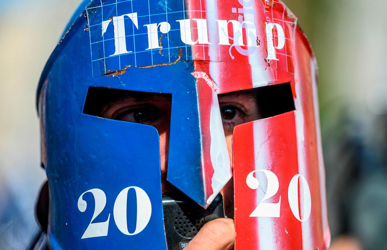 Stuðningsmaður Donalds Trump fyrir framan Hvíta húsið um miðjan nóvember.