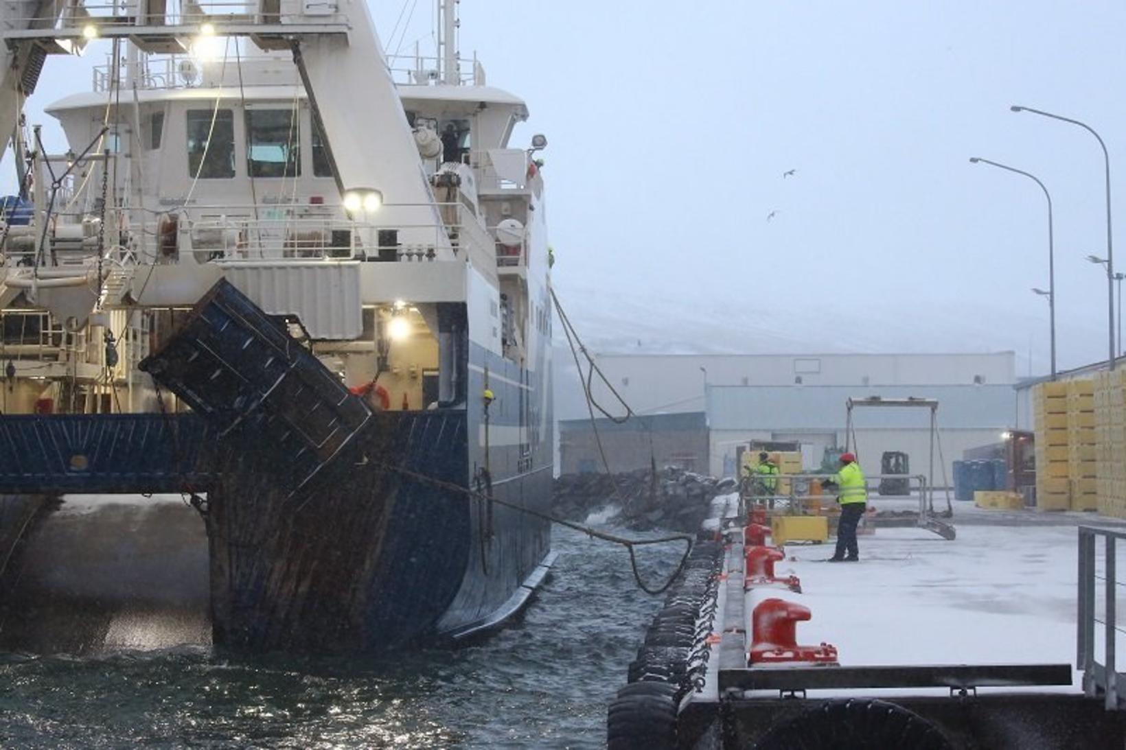 Kaldbakur leggst að bryggju á Akureyri.