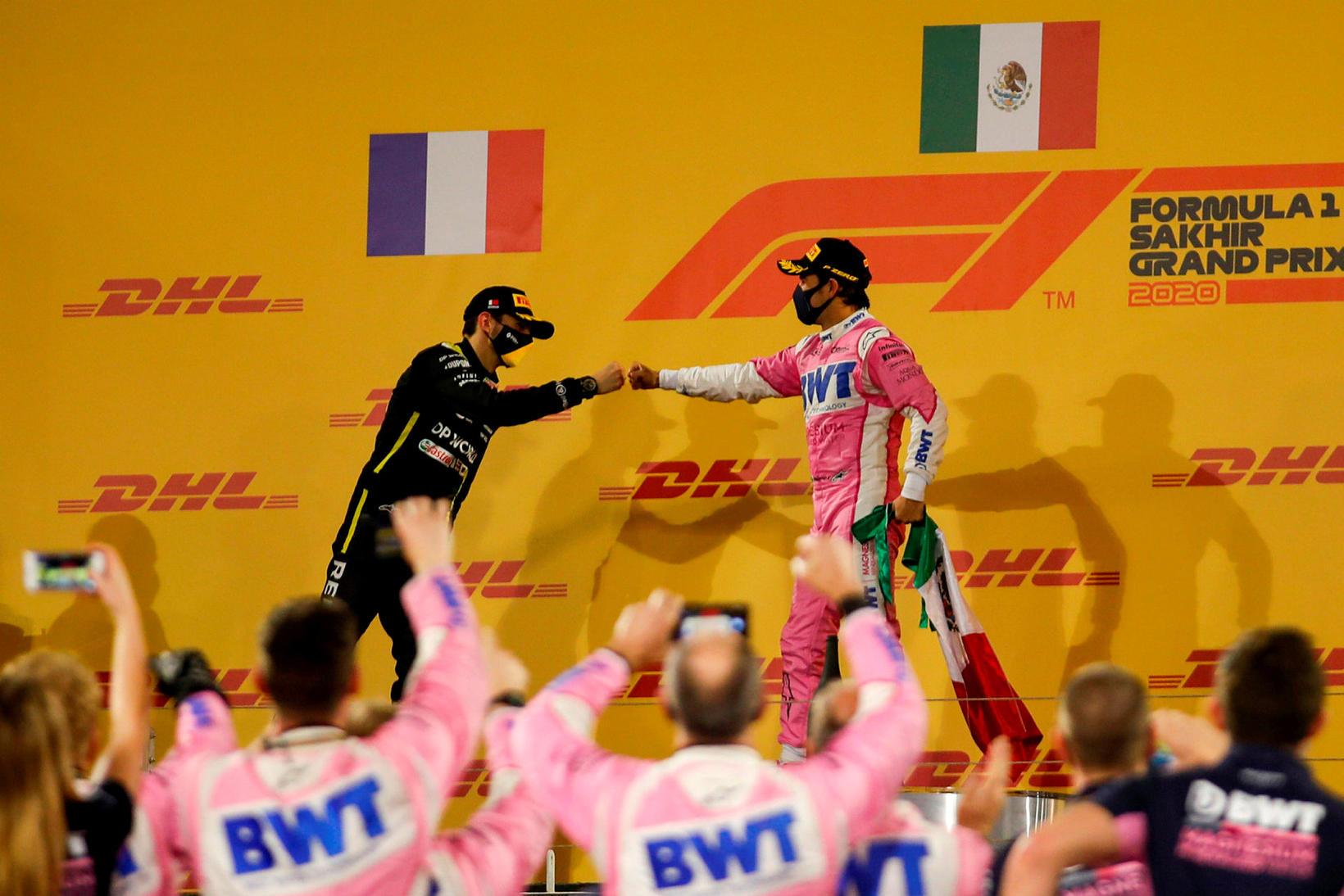 Esteban Ocon (t.v.) óskar Sergio Perez til hamingju með sigurinn …