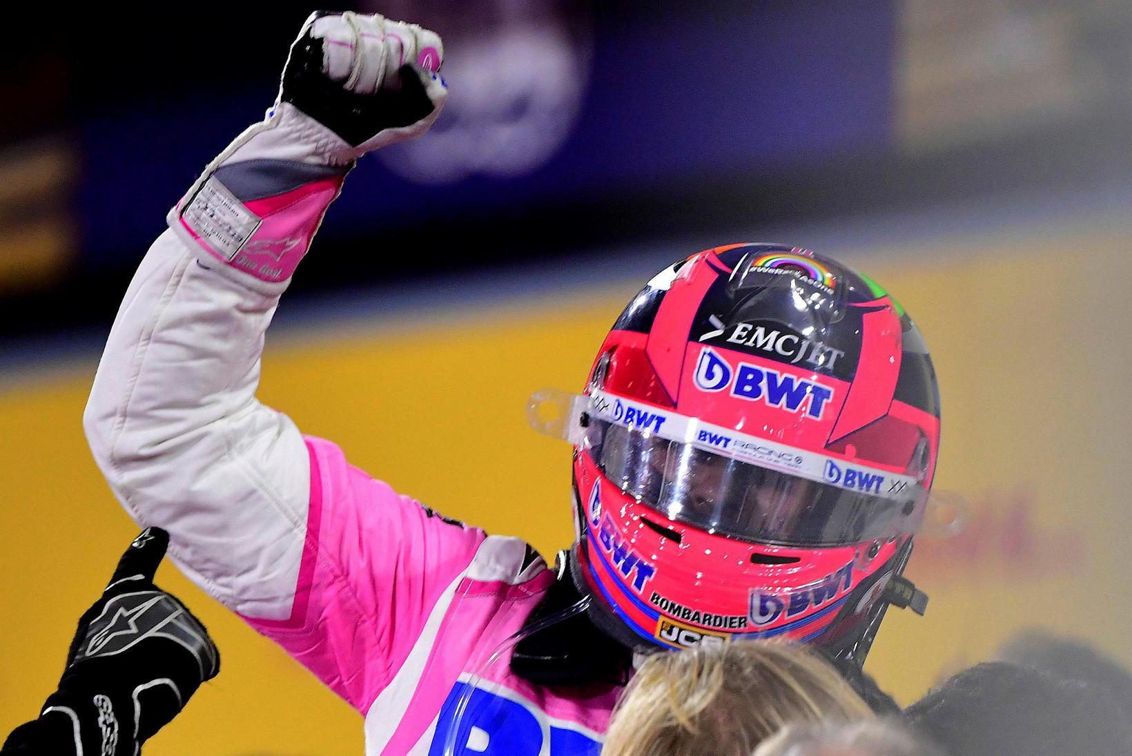 Sergio Perez fagnar sigrinum í Barein í kvöld.