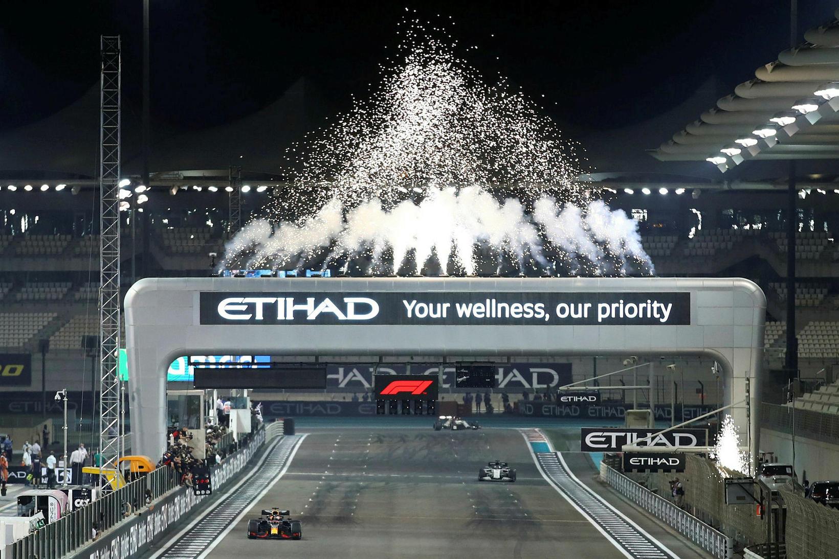Flugeldaregn er Max Verstappen ekur yfir marklínuna í Abu Dhabi.