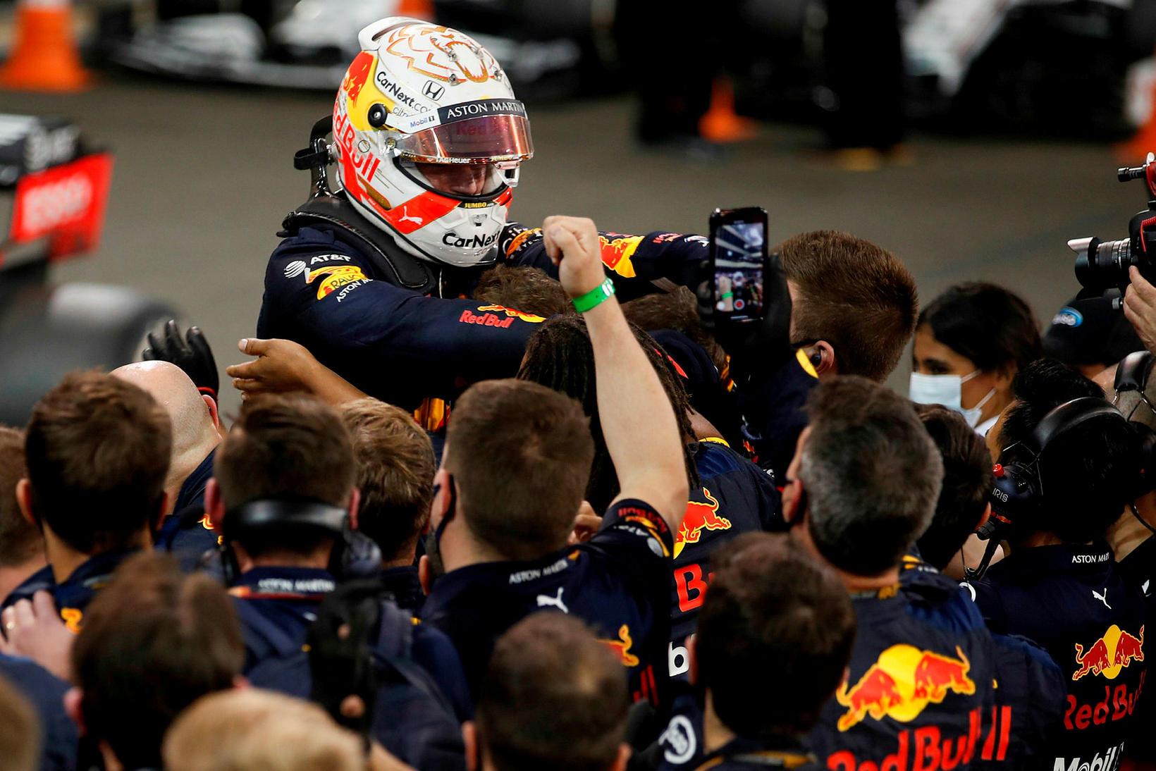 Liðsmenn Red Bull fagna Max Verstappen eftir sigur hans í …