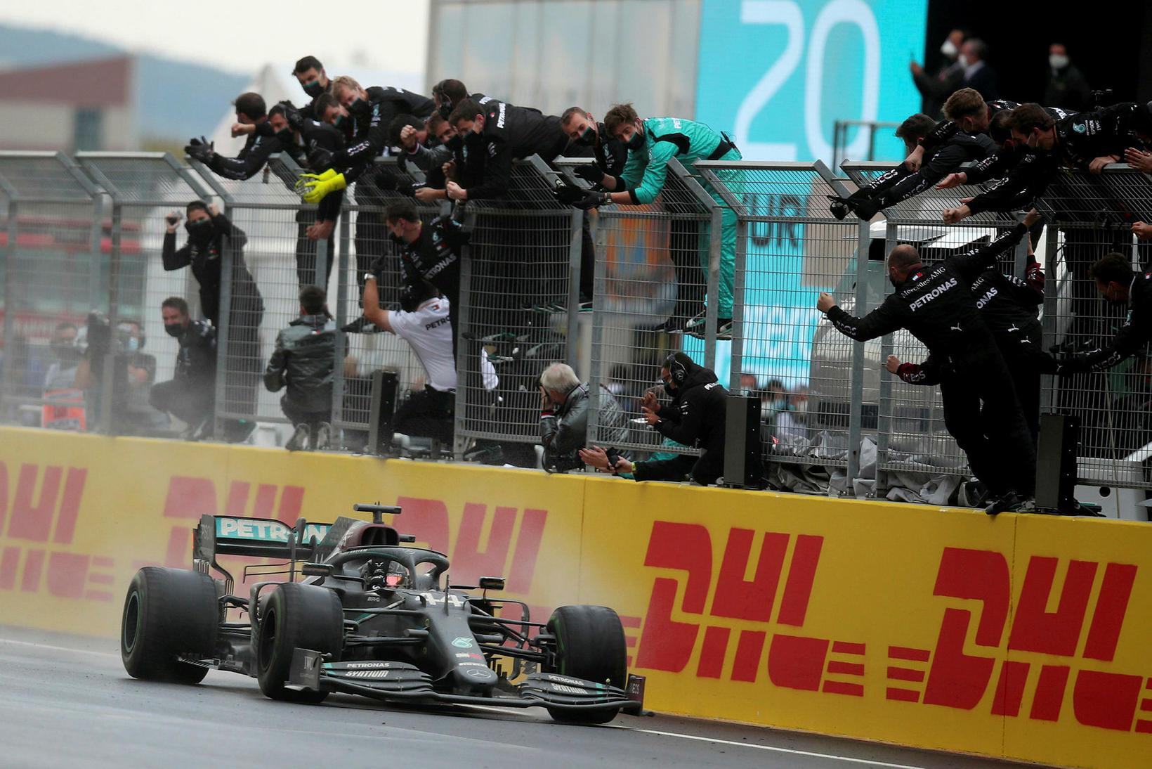 Lewis Hamilton ekur yfir endamarkið í Istanbúl.