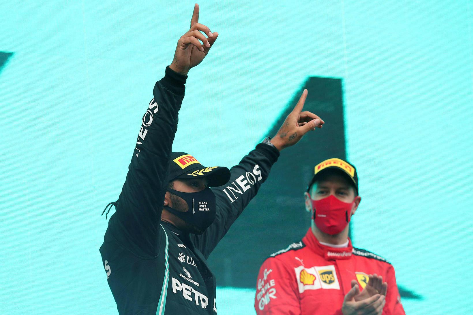 Lewis Hamilton (t.v.) fagnar með öðrum margföldum meistara í Istanbúl, …