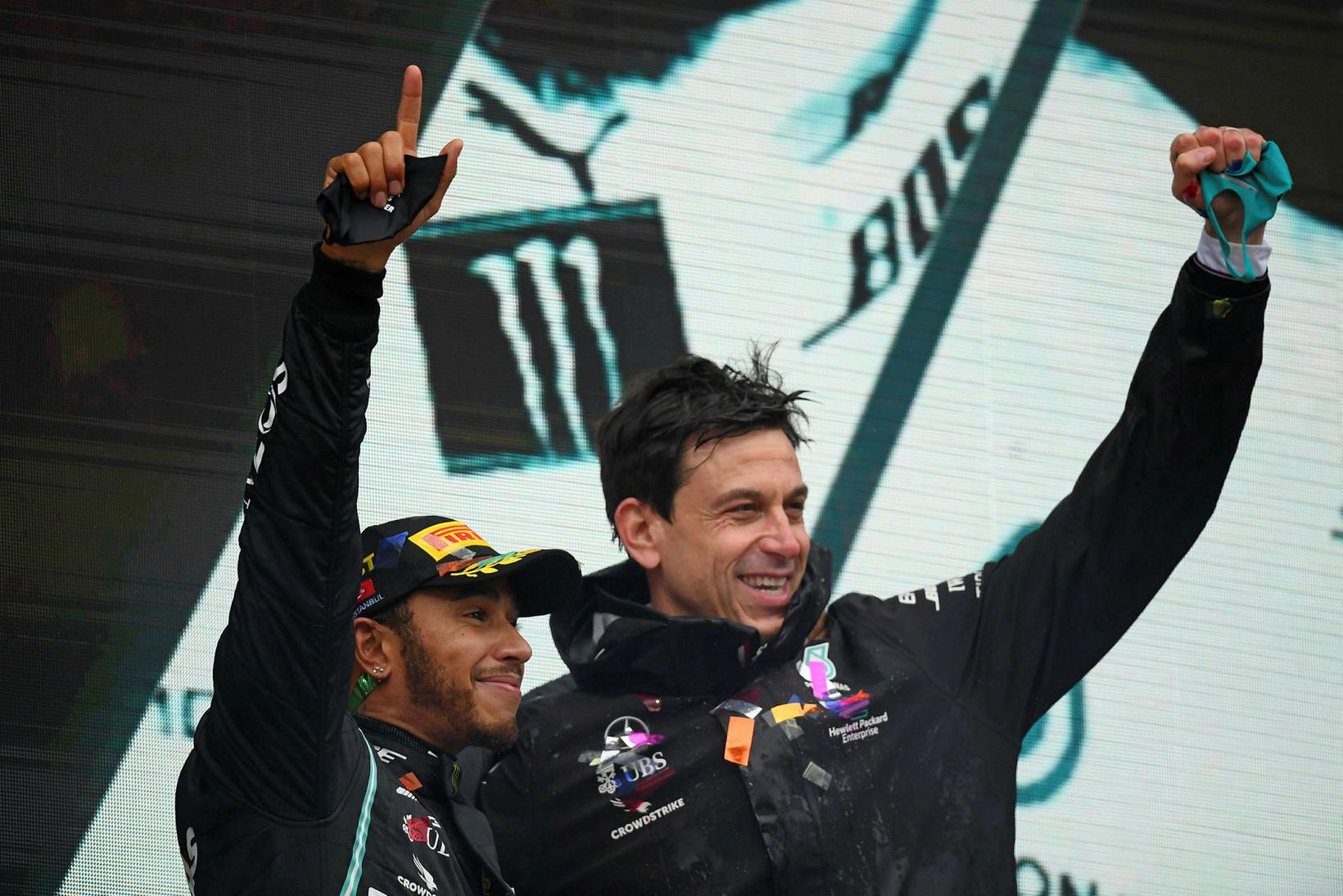 Lewis Hamilton (t.v.) fagnar með stjóra sínum hjá Mercedes, Toto …