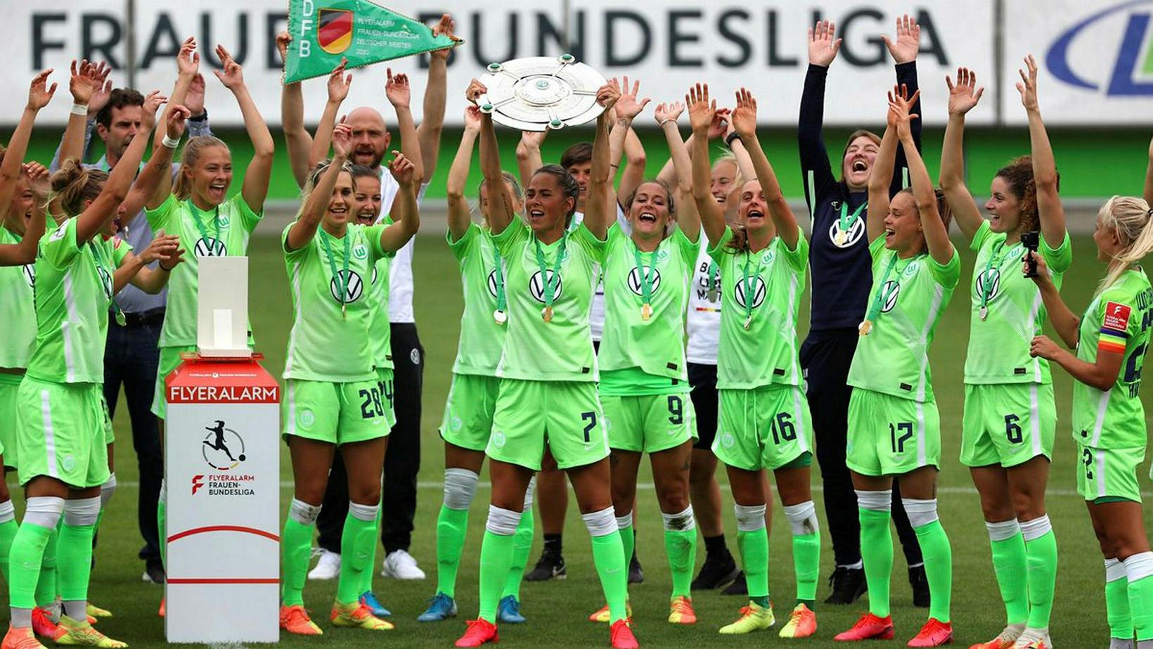 Sara Björk Gunnarsdóttir fagnar Þýskalandsmeistaratitilinum með Wolfsburg ásamt liðsfélögum sínum …