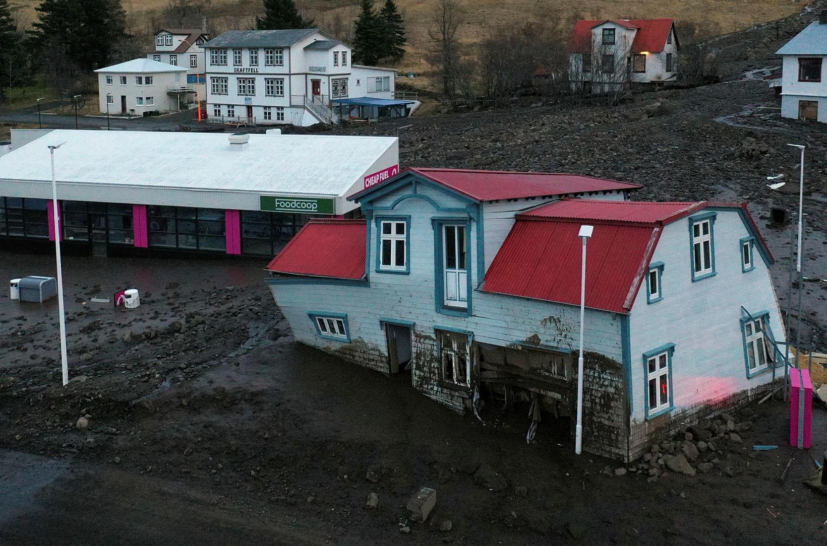 Húsið Breiðablik fluttist 50 metra með aurskriðu á fimmtudagskvöld.