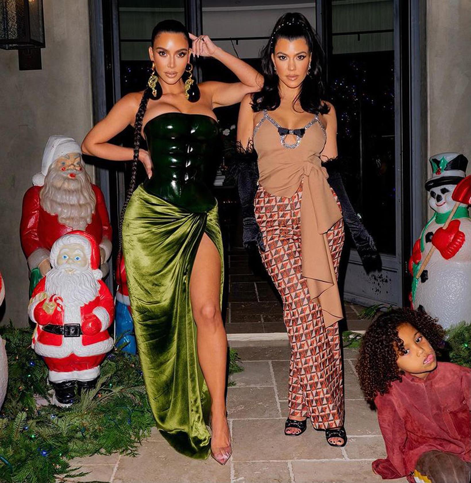 Kim og með systur sinni Kourtney Kardashian.