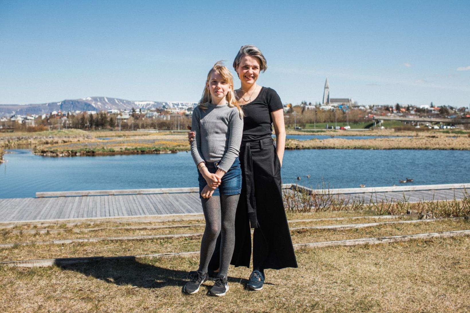 Kristbjörg Kona og Sólrún dóttir hennar fyrir framan Norræna húsið.