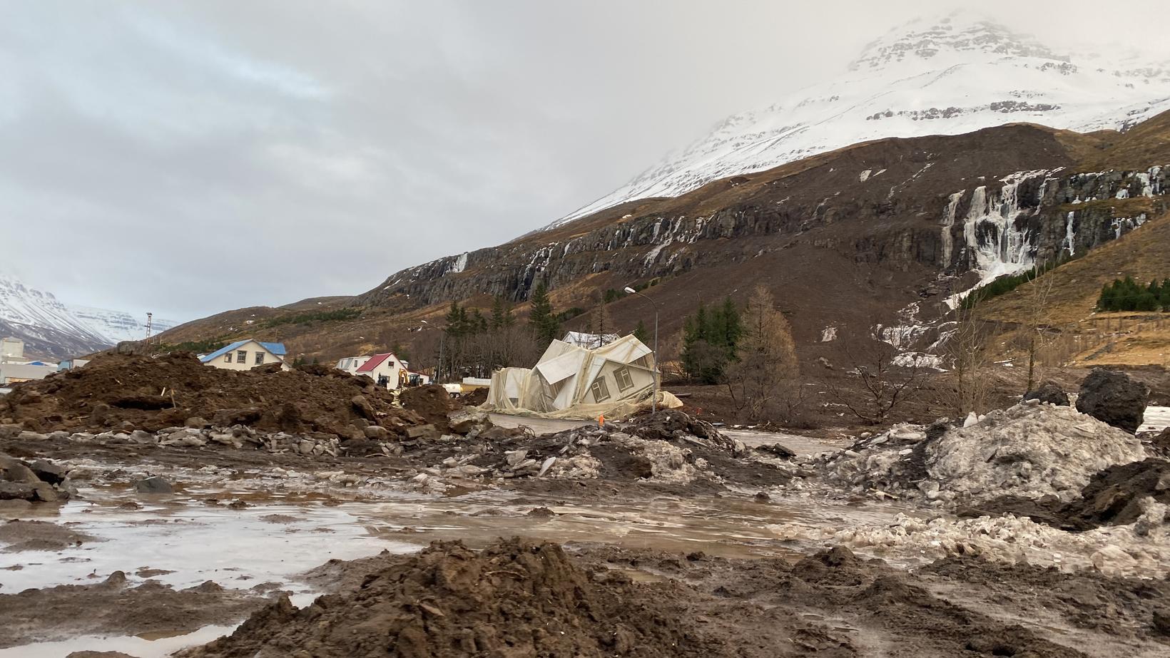 Hreinsunarstarf var stöðvað um tíma á Seyðisfirði.