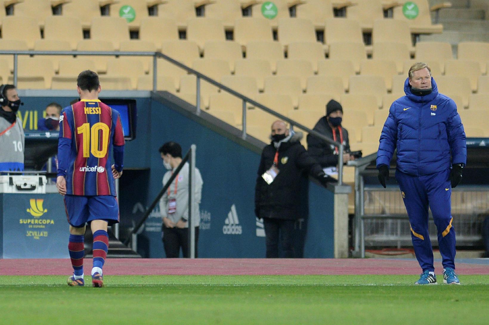 Messi gengur svekktur af velli eftir rauða spjaldið.