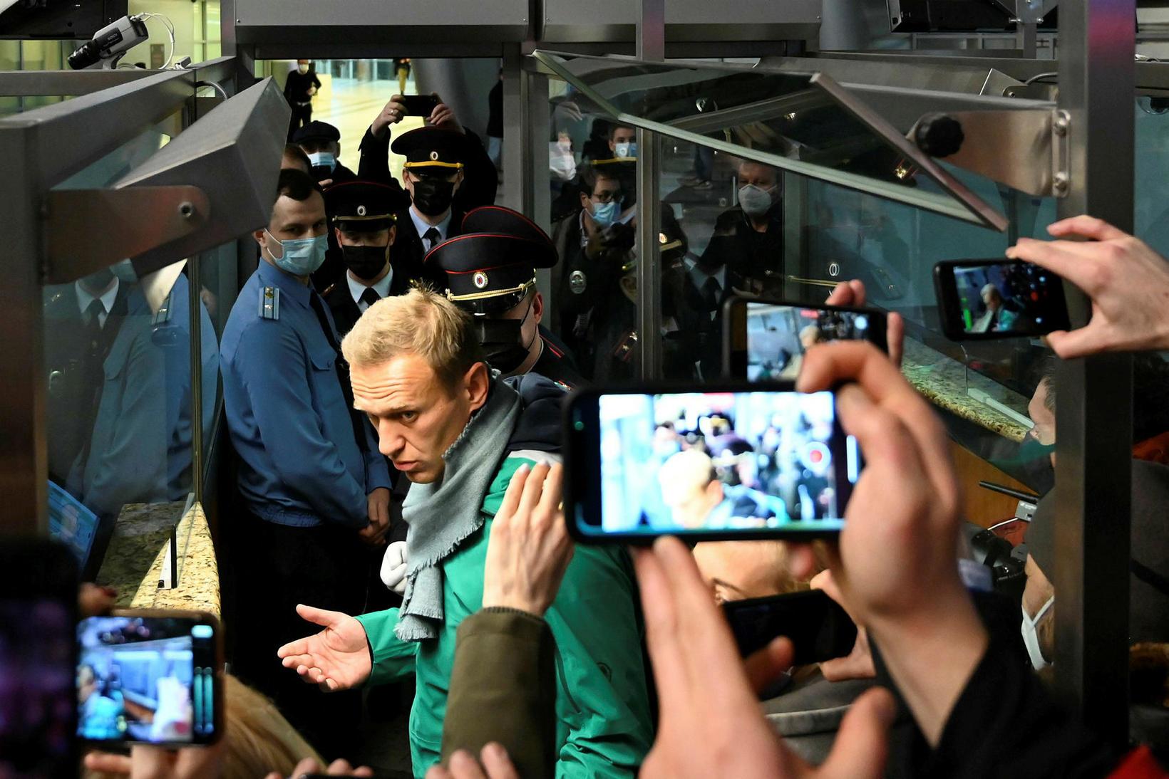 Navalní á flugvellinum í Moskvu í gær.